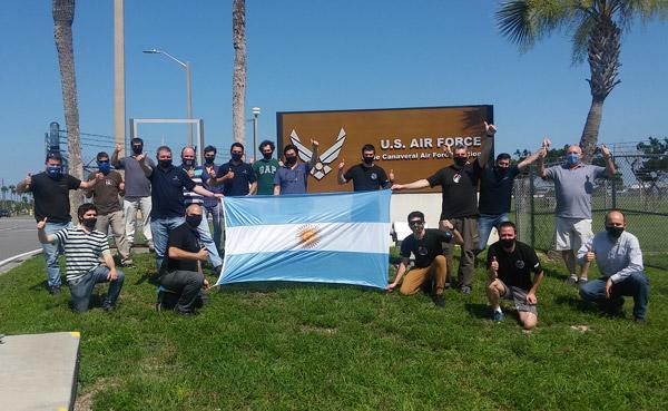 El equipo de CONAE e Invap en Estados Unidos - en inmediaciones de la base de Cabo Cañaveral - Foto Gentileza CONAE
